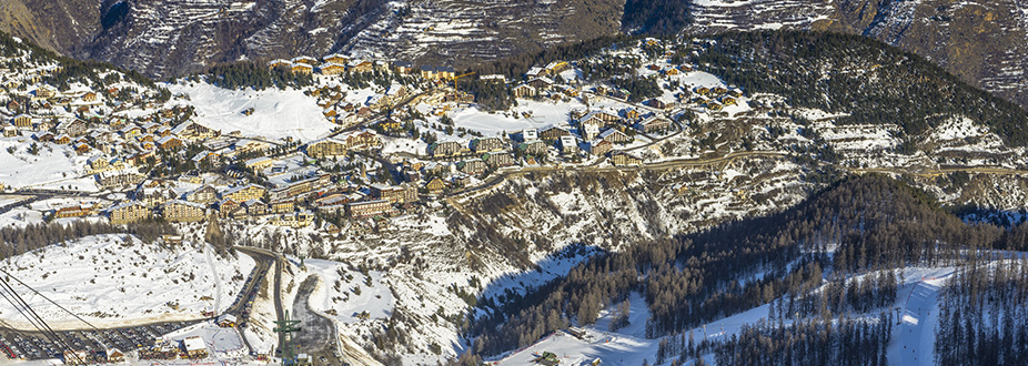 picture from Auron Village with snow